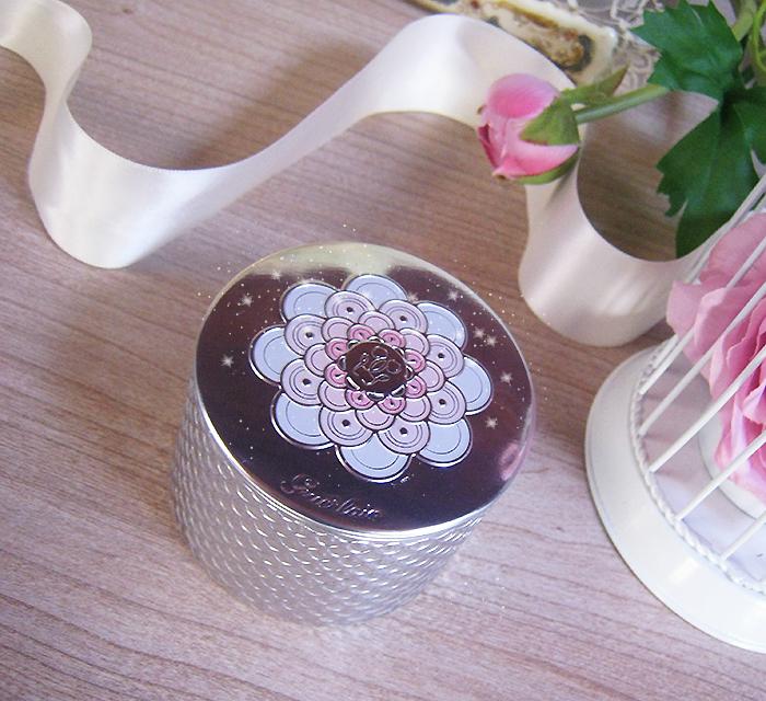 le rose aux joues perles de lumi re poussi re de f e. Black Bedroom Furniture Sets. Home Design Ideas